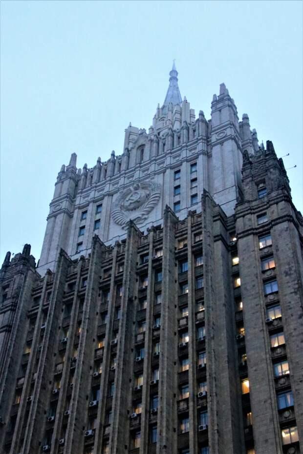 навершие здания МИД после чистки сильно отличается от главного корпуса