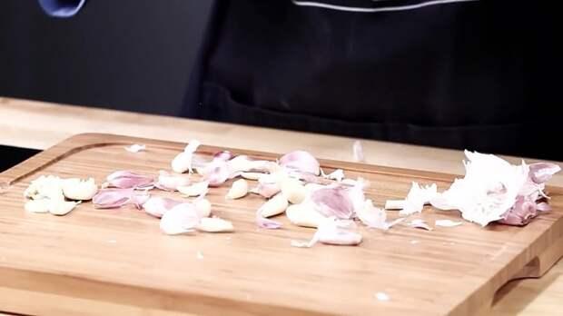 Как почистить много чеснока за пару секунд