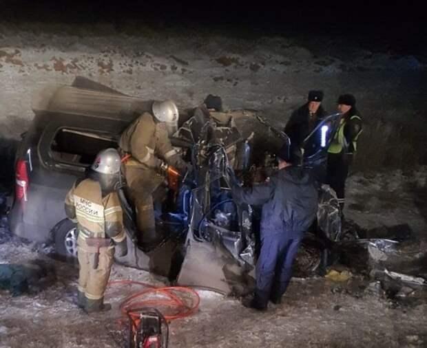 Фура врезалась в микроавтобус под Оренбургом: погибли пятеро взрослых и ребенок