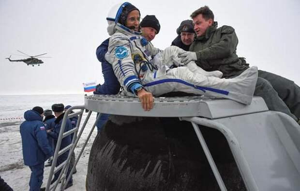 Космонавтов 64-й экспедиции МКС встретили спасатели ЦВО