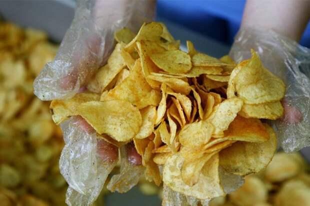 В МЧС предупредили об опасности заражения коронавирусом через чипсы
