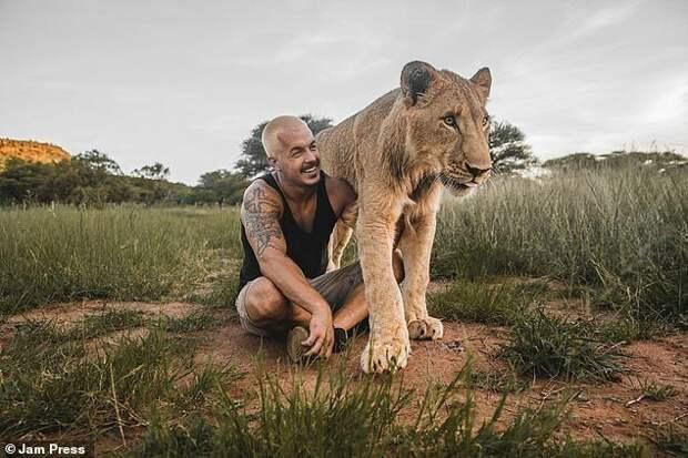 Обнимая львов: Дин Шнайдер, швейцарский финансист, который бросил все и уехал в Африку