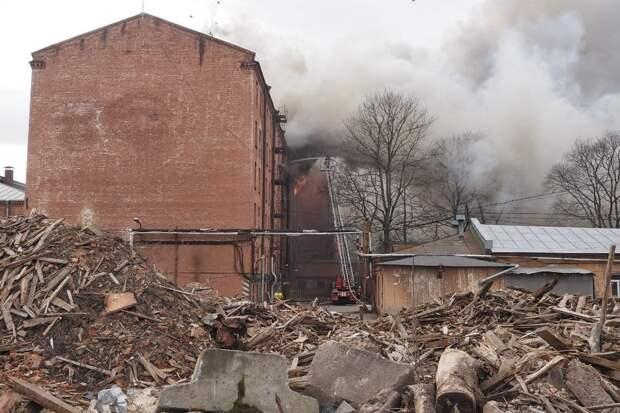 Тушение «Невской мануфактуры» продолжается пятые сутки. Оно осложнилось обрушением стен здания