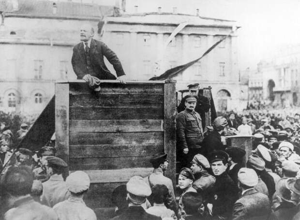 Ленин выступает перед бойцами Красной армии, отправляющимися на фронт. Председатель Реввоенсовета республики Троцкий - на ступеньках. Фото: Getty Images