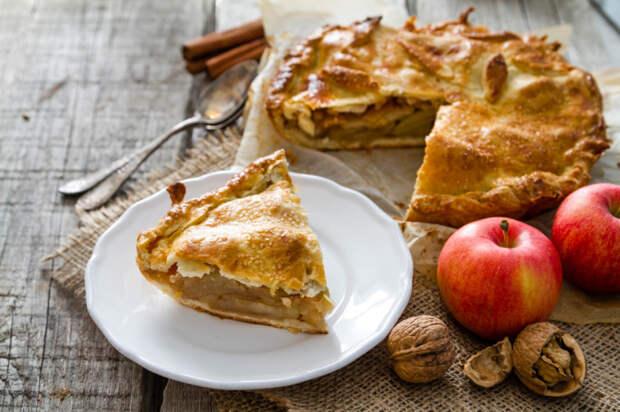 Яблочный пирог с корицей и орехами. \ Фото: smachno.ua.