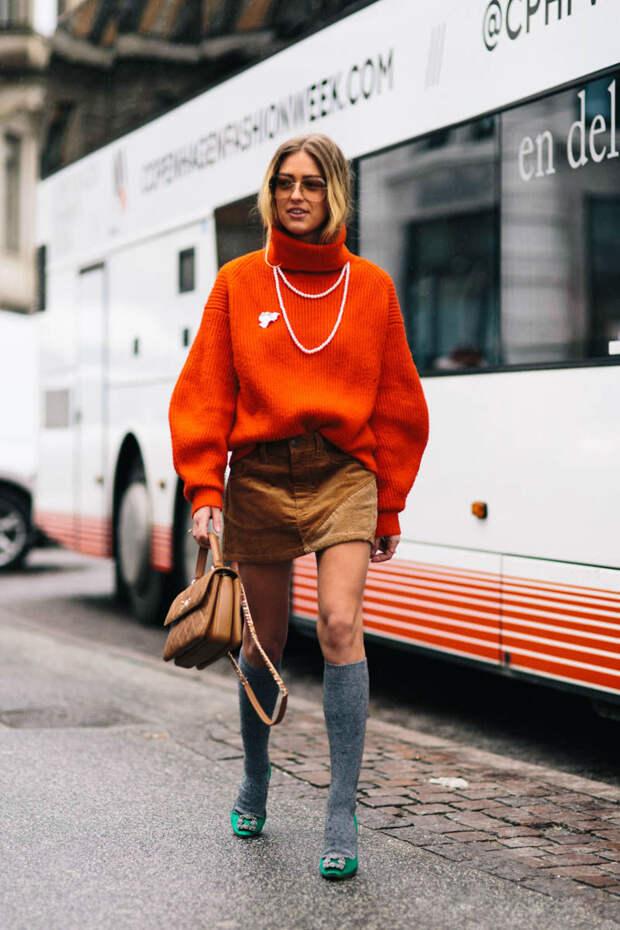 Девушка в оранжевом свитере
