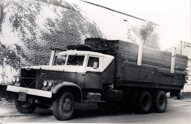 Вот, например: 90-е годы, частный питерский КрАЗ-257Б привез доски в Москву (фото А.Новикова). авто, автотюнинг, грузовик, краз, самосвал, советская техника, тюнинг, тягач