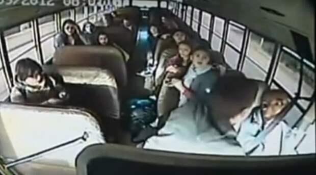 Водитель внезапно потерял сознание - но реакция 2 школьников спасла весь класс