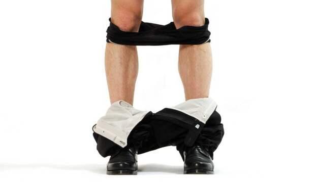 «А вот это моя гордость!»: 52-летний ведущий снял штаны перед ошарашенным парнем
