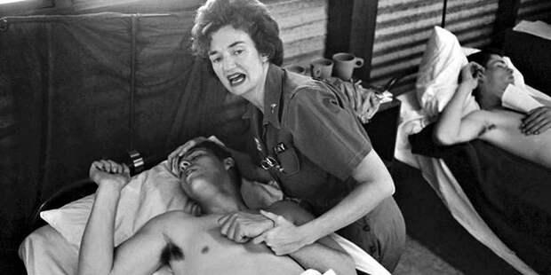 Медсестра пытается успокоить одного из раненых после атаки 7 февраля война, история, факты