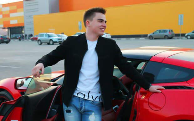 Мажор без прав разложил крутой спорткар по пути в школу
