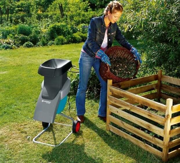 Для того чтобы процессы гниения в компостном ящике протекали быстрее, следует измельчать большие ветки и отходы