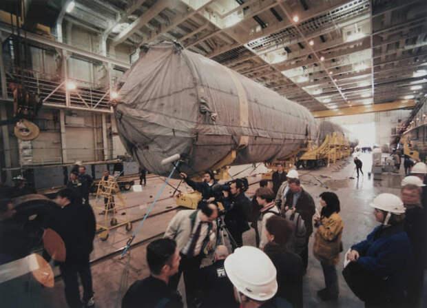 Команда создателей комплекса в ракетном ангаре сборочно-командного корабля, предназначенного для доставки ракет-носителей к плавучей платформе (1998 год)
