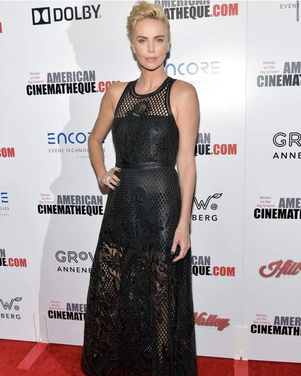Шарлиз Терон в черном платье в сетку