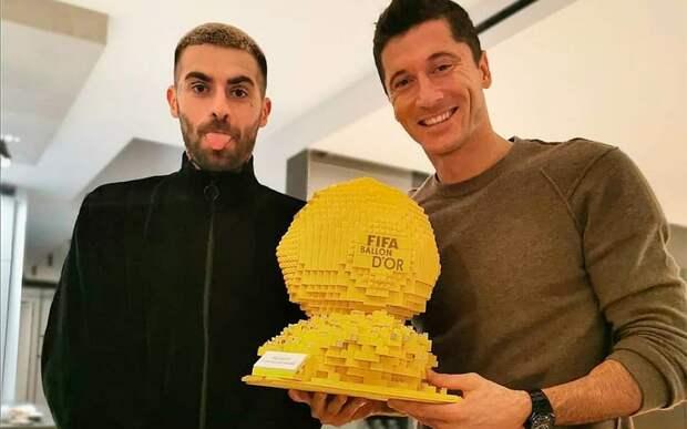 Левандовски вручили «Золотой мяч», составленный из лего: фото