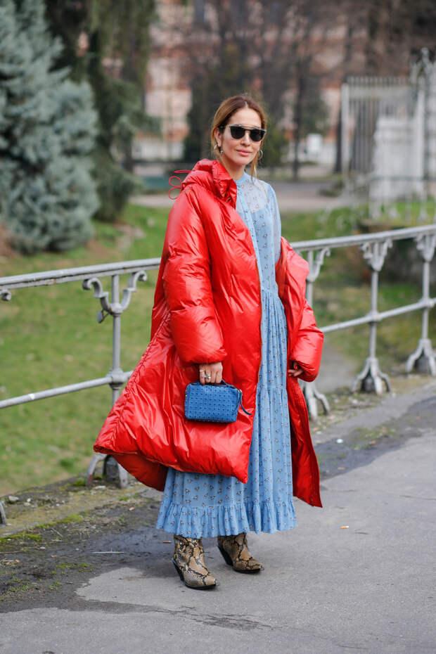 Девушка в красном дутом пальто