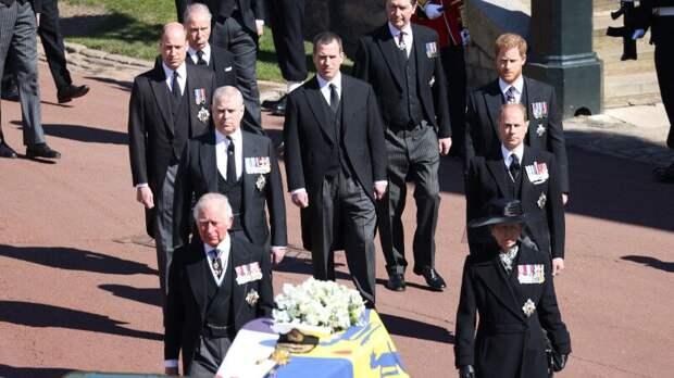 """Полуобнаженная британка призвала """"спасти планету"""" на похоронах принца Филиппа"""