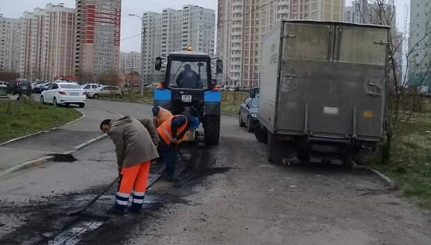 Рабочие ремонтируют дорожное полотно на 4 улицах в микрорайоне Кузнечики