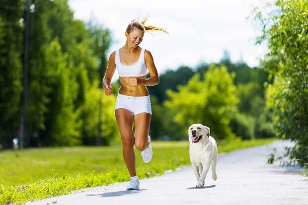 Щенок и женщина бегают