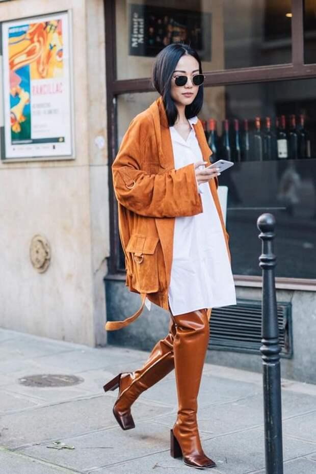 Девушка в коричневых куртке и сапогах