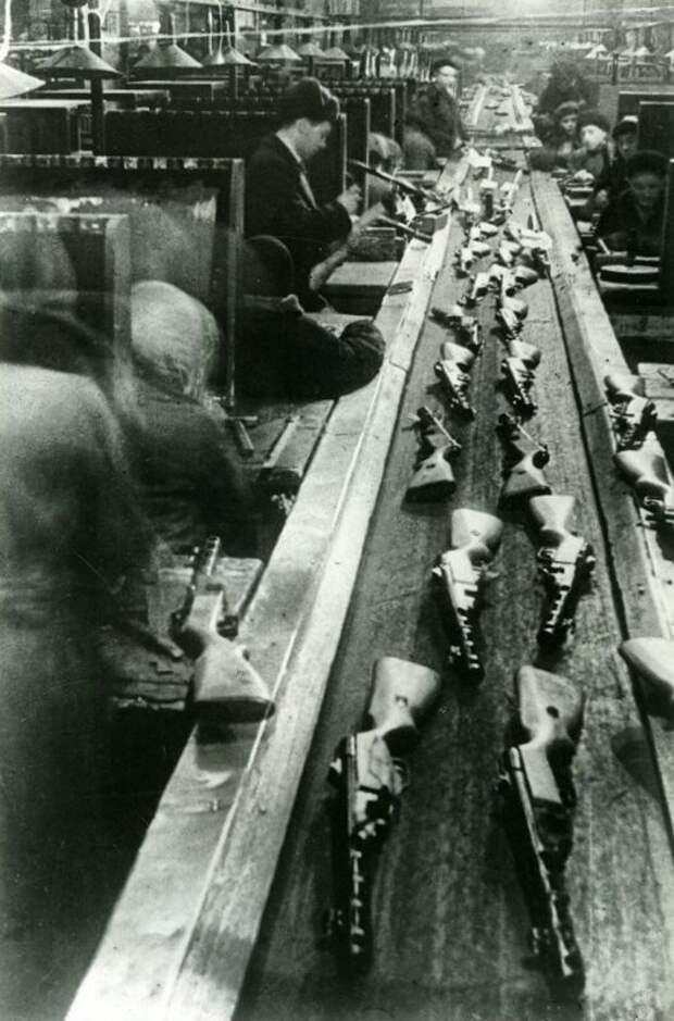 У конвейера по сборке автоматов . Декабрь 1942 года. история, события, фото
