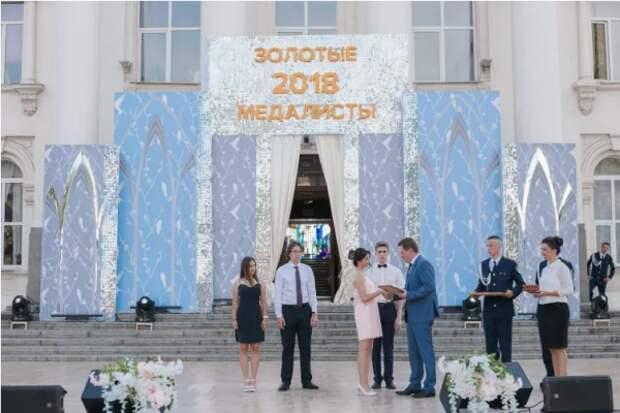 Более 200 севастопольских школьников стали медалистами