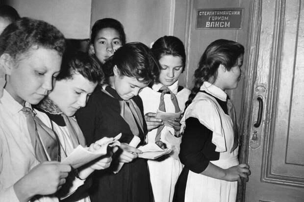 Повторяем устав! Приём в Комсомол. СССР, 1960-е история, ретро, фото