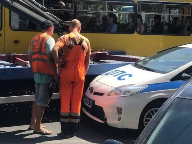 На площади Нахимова в Севастополе патрульный автомобиль ДПС врезался в эвакуатор (ФОТО)