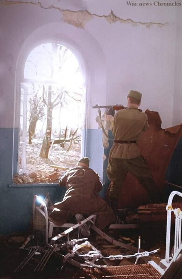 Советские солдаты  ведут уличные бои в Новороссийске. Сентябрь 1943г.