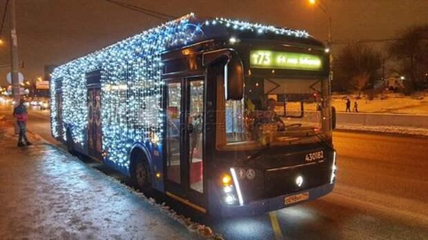 Новогодний электробус поехал по Алтуфьевскому шоссе