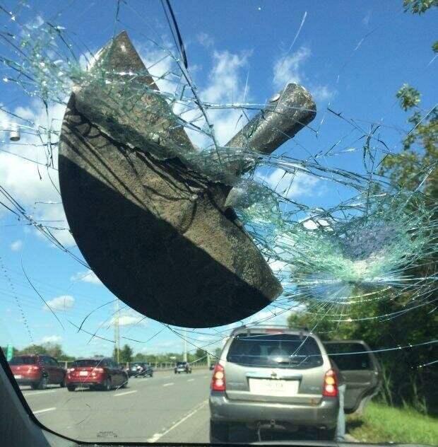 Женщина выжила после того, как лезвие лопаты пробило лобовое стекло её автомобиля во время движения по трассе авто, в мире, дорога, за рулем, опасно, подборка, прилетело