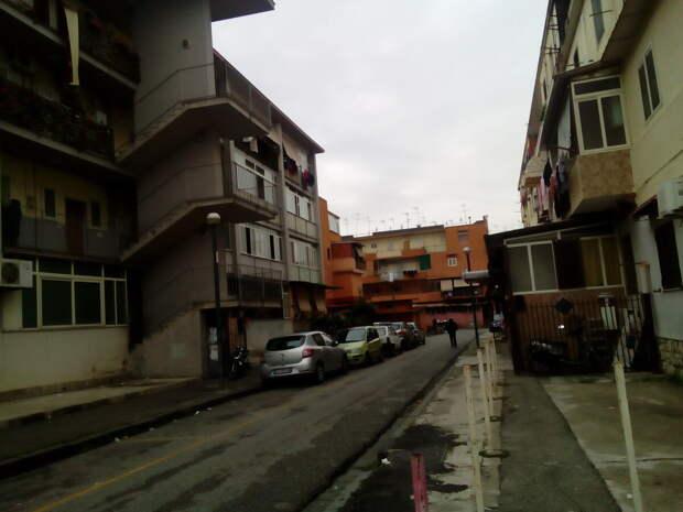 Совершенно мрачные дома, дворов нет, тротуар тоже так себе.