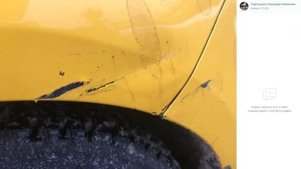 Неизвестный повредил машину на улице Демьяна Бедного и скрылся