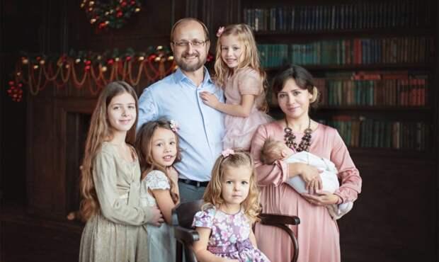 «А вы знаете о контрацепции?» Что еще слышит от незнакомцев мама пяти дочерей