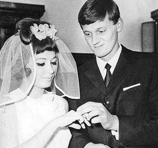 14 архивных фото отечественных знаменитостей: от Гагарина до первой свадьбы Пугачевой