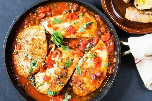 Куриное филе в томатном соусе. \ Фото: pinterest.ru.