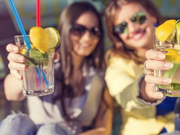 Эксперты поделились рецептами освежающих летних коктейлей