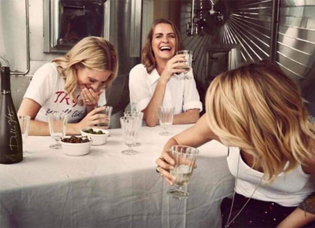 Кара Делевинь и ее сестры Поппи и Хлоя занялись выпуском веганского вина