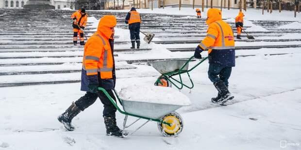 В районе школы на Полярной очистили тропинки от снега