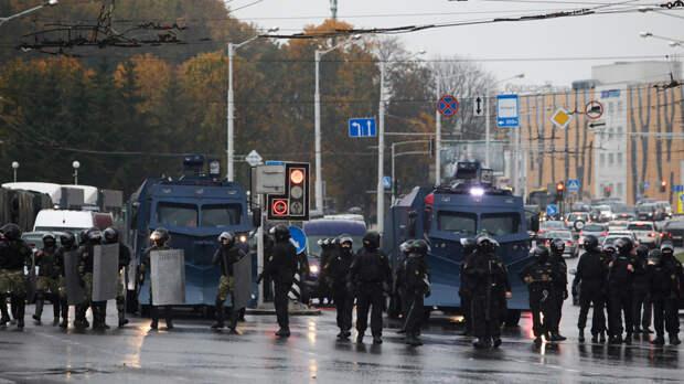 В разные районы Минска стянули силовиков и спецтехнику