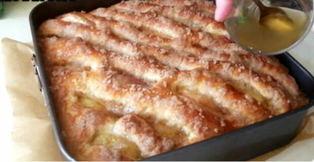 Потрясающий яблочный пирог из сдобного теста: и стол, и руки останутся чистыми
