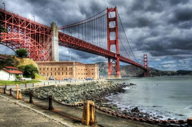 Мост «Золотые Ворота» мог быть не оранжевым, а с черно-желтыми полосками / Фото: yandex.ua