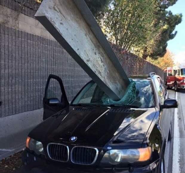 Стальная балка вылетела из грузовика в Калифорнии и пробила лобовое стекло автомобиля. Водитель был в 5 сантиметрах от смерти авто, в мире, дорога, за рулем, опасно, подборка, прилетело