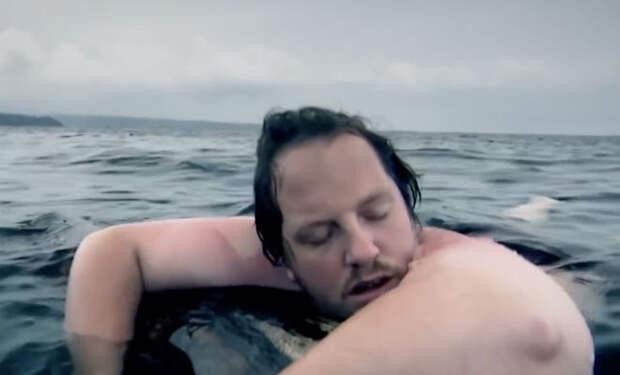 Спрыгнул из самолета посреди океана: мужчина среди акул плавал сутки
