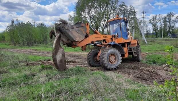 Коммунальщики убрали бесхозный бетонный блок с газона в деревне Лаговское