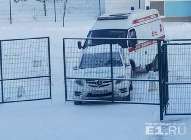 Мерседес с символикой сборной России и блатными номерами перекрыл дорогу скорой