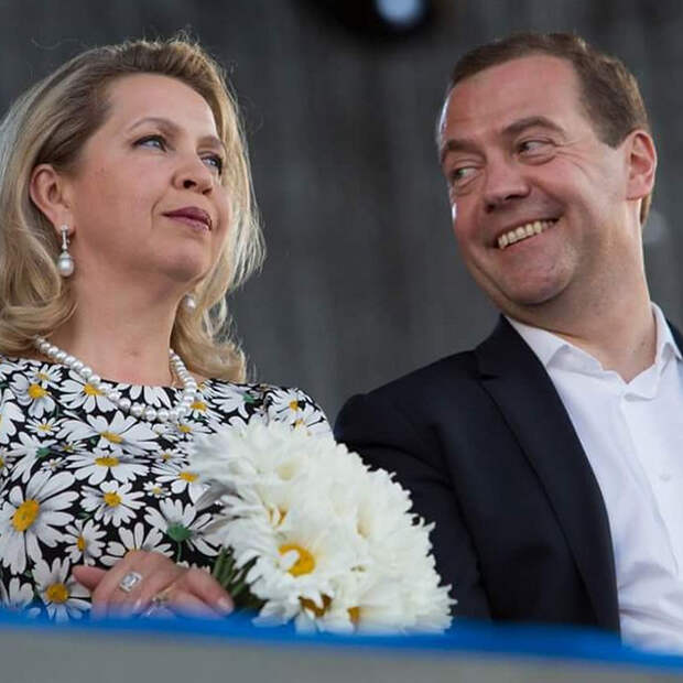 Путин дал Дмитрию и Светлане Медведевым право на дипломатические паспорта. Что это значит