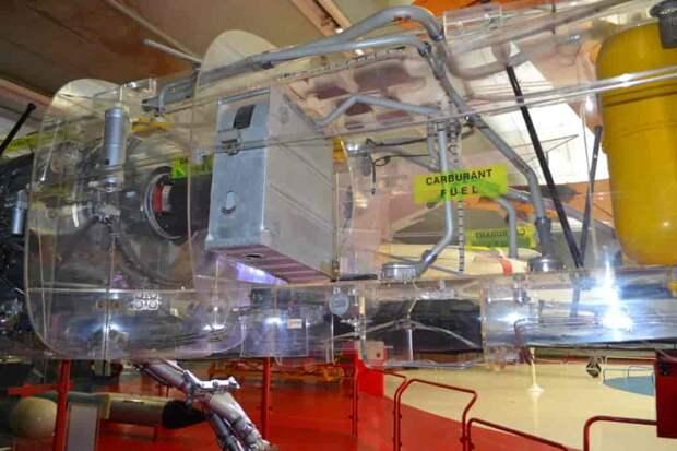 Патронный ящик емкостью 150 выстрелов для правой пушки – сама она на макете не установлена, зато с этого ракурса хорошо видны трубопроводы топливной системы в фюзеляже. Часть из них проложена прямо сквозь баки, связывая их и превращая всю систему в единое целое