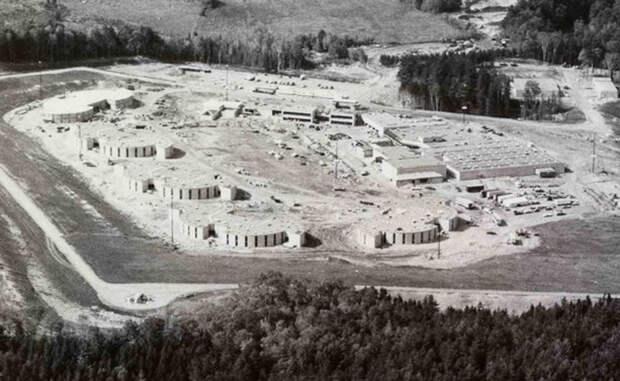 США превратили Олимпийскую деревню в тюрьму и ней сидят до сих пор