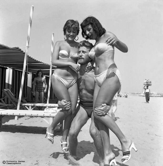 Редкие фотографии известных людей, отдыхающих в Венеции в 1950-60-е годы 9